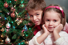 Frère et soeur à Noël Photo libre de droits