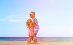 Frère et soeur étreignant à la plage Amitié d'enfants de mêmes parents Photo stock