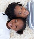 Frère et soeur afro-américains sur l'étage Image stock