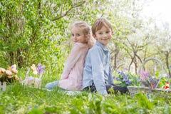 Frère et soeur avec le décor de Pâques Photographie stock libre de droits