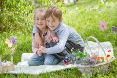 Frère et soeur avec le décor de Pâques Photos libres de droits