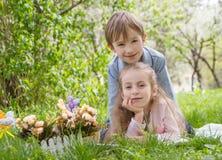 Frère et soeur avec le décor de Pâques Photographie stock