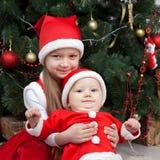Frère et soeur dans des vêtements de Noël Photos libres de droits