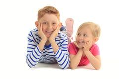 Frère et soeur de Happines ensemble sur le fond blanc Photo stock