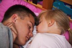 Frère et soeur de sommeil photographie stock
