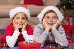 Frère et soeur de sourire se trouvant sur la couverture Images stock