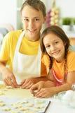 Frère et soeur disposant à manger Image stock