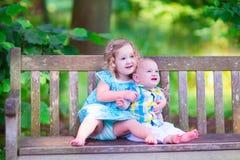 Frère et soeur en parc Images libres de droits