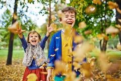 Frère et soeur en stationnement d'automne Photographie stock libre de droits