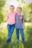 Frère et soeur heureux photo stock