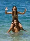 Frère et soeur heureux dans l'amusement sur la mer Photographie stock libre de droits