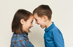 Frère et soeur heureux, fond de studio Image stock