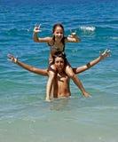 Frère et soeur heureux sur la mer Photographie stock