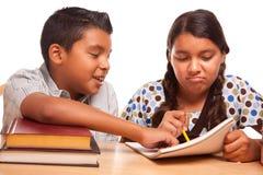 Frère et soeur hispaniques Having Fun Studying Images stock