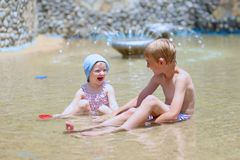 Frère et soeur jouant dans la piscine d'extérieur Photographie stock