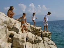 Frère et soeur jouant dans la roche exceptionnelle Photo stock