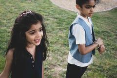 Frère et soeur jouant en parc dehors photo libre de droits