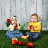 Frère et soeur jouant sur la pelouse Photographie stock