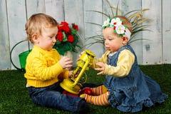 Frère et soeur jouant sur la pelouse photos libres de droits