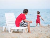Frère et soeur jouant sur la plage Photo stock