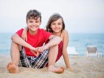 Frère et soeur jouant sur la plage Photographie stock libre de droits