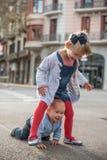 Frère et soeur jouant sur la rue Photo stock