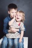 Frère et soeur Laugh Garçon et fille d'enfant de mêmes parents Photos stock