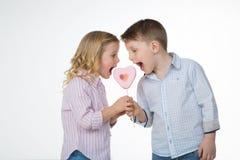 Frère et soeur mangeant la lucette Photos libres de droits