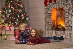 Frère et soeur près de l'arbre de Noël images libres de droits