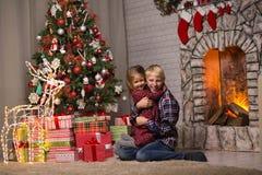 Frère et soeur près de l'arbre de Noël image stock