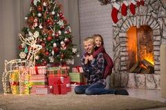 Frère et soeur près de l'arbre de Noël image libre de droits