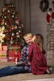 Frère et soeur près de l'arbre de Noël photos libres de droits
