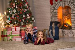 Frère et soeur près de l'arbre de Noël photo stock
