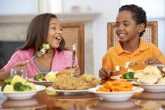 Frère et soeur prenant le déjeuner à la maison photos libres de droits