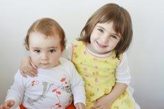 Frère et soeur regardant l'appareil-photo Image stock