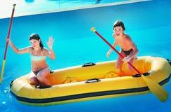 Frère et soeur sur le bateau jaune en caoutchouc Photo stock