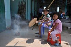 Frère et soeur sur le marché rural Vietnam Photos stock