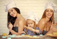 Frère et soeurs à l'aide des goupilles et des coupeurs de biscuit Photos libres de droits