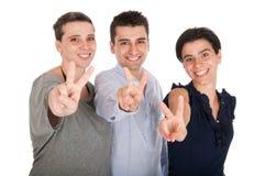 Frère et soeurs affichant le signe de victoire Photos libres de droits