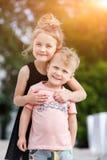 Frère jouant avec la soeur en parc Photographie stock
