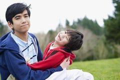 Frère prenant soin de frère handicapé Photographie stock