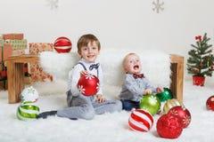 Frères caucasiens d'enfants célébrant Noël ou la nouvelle année photographie stock libre de droits