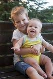 Frères d'enfants s'asseyant sur le banc Images stock