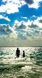 Frères dans l'océan Photo libre de droits