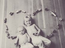 Frères encerclés par un coeur fait à partir des trains et des véhicules en bois photos stock