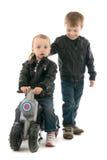 Frères et soeurs avec la moto Images stock