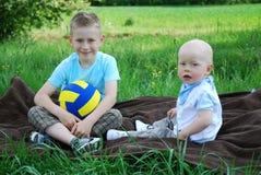 Frères heureux à l'extérieur en été Photos stock