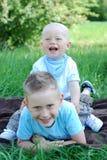 Frères heureux à l'extérieur en été Photographie stock