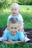 Frères heureux à l'extérieur en été Image stock