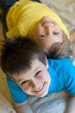 Frères heureux à la maison image stock